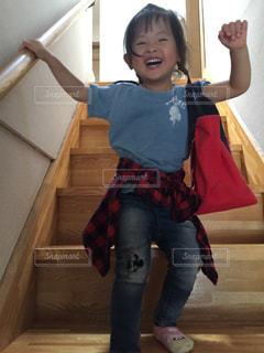 カメラに微笑む小さな女の子の写真・画像素材[2463468]