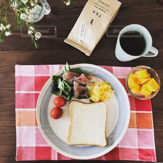 テーブルの上に食べ物のプレート - No.1167213
