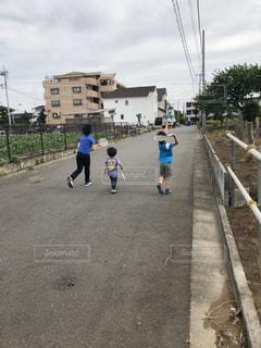 歩道を歩いている人のグループの写真・画像素材[1174716]
