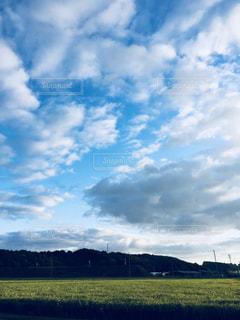 空の雲と大規模なグリーン フィールドの写真・画像素材[1099670]