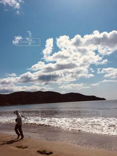 砂浜の上に立っている人の写真・画像素材[1099673]