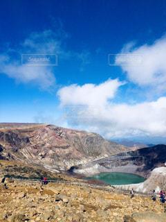 背景の山とビーチの写真・画像素材[1099978]
