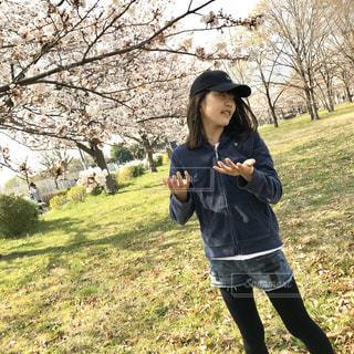 子ども,1人,ファッション,風景,空,公園,花,春,桜,髪,芝生,屋外,東京,ピンク,緑,晴れ,晴天,黒,帽子,散歩,手,花見,週末,少女,満開,草,樹木,人物,横顔,人,並木,昼,午後,明るい,コーディネート,コーデ,樹,キャップ,デニム,散る,おでかけ,都内,ジャケット,3月,タイツ,ロング,舞う,日中,視線,パンツ,ブラック,パーカー,下,ヘア,微笑む,気持ち,短パン,黒コーデ,悲し,追う,都立,浮かれ,短