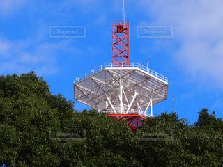 フィールドの真ん中に大きな時計塔の写真・画像素材[1108181]