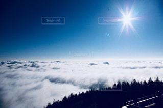 近くに雪の斜面をカバーの写真・画像素材[1135809]