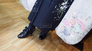 堅い木製の床に座っている人の写真・画像素材[1098527]