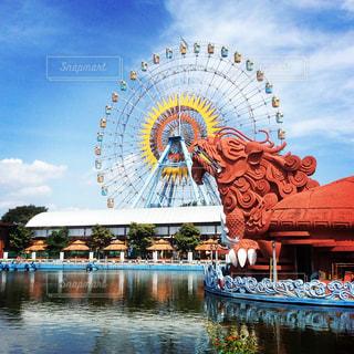 ベトナム遊園地の青空と観覧車 - No.1102476