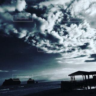 親子岩と雲のコントラストの写真・画像素材[1411458]