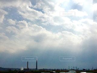 曇りの日に空の雲の写真・画像素材[1115411]