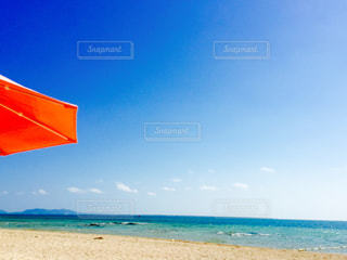 ビーチに青い傘の写真・画像素材[1115413]