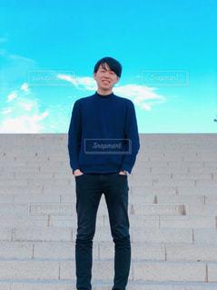 建物の前に立っている男の写真・画像素材[1106997]