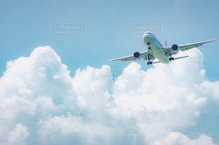 空を飛んでいるヘリコプターの写真・画像素材[1101547]