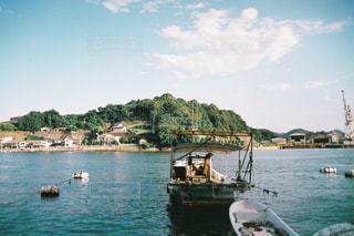 水の体の横にボートをドッキングします。の写真・画像素材[1257407]