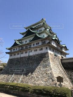 大きい石造りのバック グラウンドで名古屋城と時計塔のある建物の写真・画像素材[1100493]