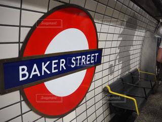 ロンドン地下鉄の側をオフにぶら下がって黄色の看板の写真・画像素材[1196868]