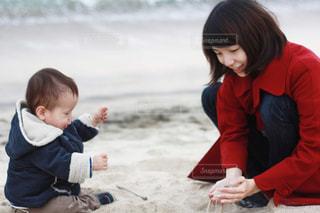 砂浜に座っている小さな子供の写真・画像素材[1201433]