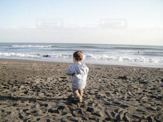 ビーチに立っている男の子の写真・画像素材[1213029]