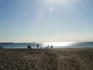 砂浜の上に立つ人々の写真・画像素材[1217228]