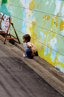 カメラを見て少年の写真・画像素材[1248851]