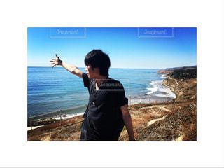 ビーチの前に立っている男の写真・画像素材[1106247]
