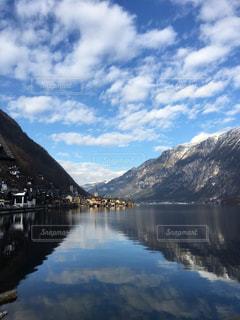 ハルシュタットの湖畔に映る青空の写真・画像素材[1102271]