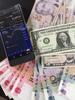 各国の紙幣とスマホの写真・画像素材[1109035]