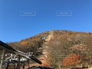 紅葉する山とロープウェイの写真・画像素材[1102414]