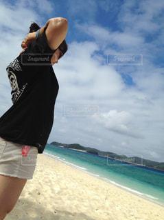 ビーチに立っている女性の写真・画像素材[1103776]