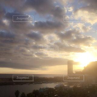 空には雲のグループの写真・画像素材[1106977]
