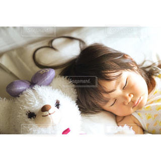 姪っ子ベッドの上で横になっています。の写真・画像素材[1217289]