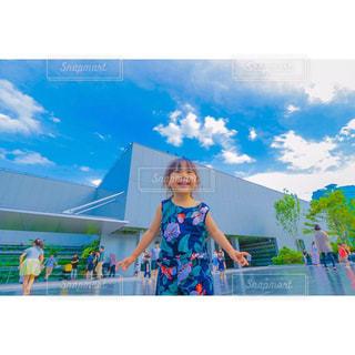 青空の前に立っている人の写真・画像素材[1261691]