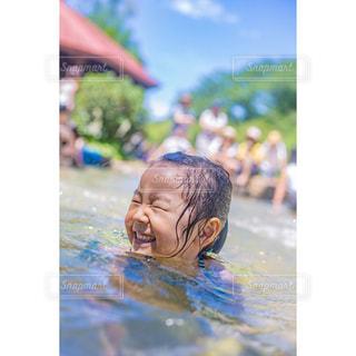 水の中を泳いでいる人の写真・画像素材[1371213]