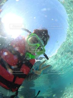 水の中を泳いでいる人の写真・画像素材[1385698]