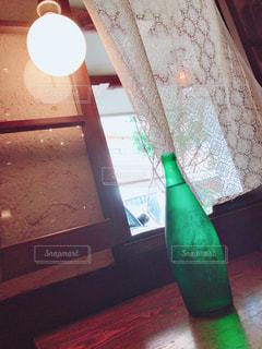 木製テーブルの上に置いてある。の写真・画像素材[1410875]