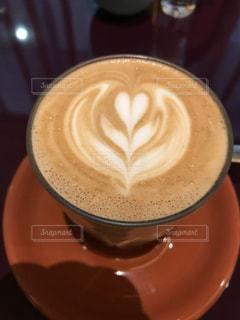 テーブルの上のコーヒー カップの写真・画像素材[1410891]