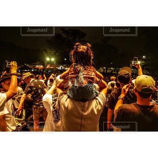 観衆の前で立っている人の写真・画像素材[1426071]