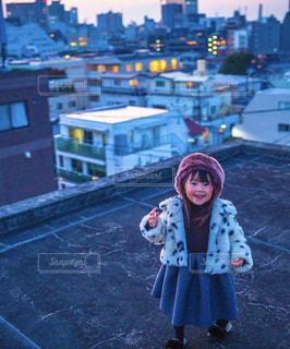 建物の前に立っている女の子の写真・画像素材[1671123]