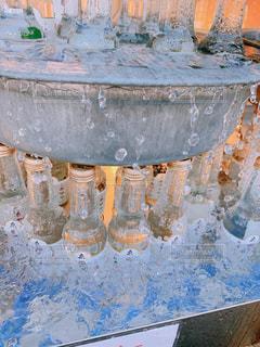 テーブルの上の水のボトルの写真・画像素材[2109834]