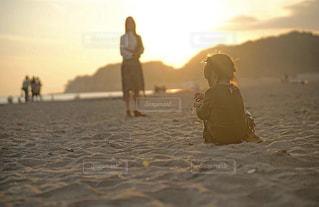海,空,夕日,太陽,ビーチ,少女,人物,背中,後姿,後ろ,姪っ子