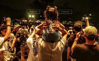 群衆の前に立っている人々の写真・画像素材[2131832]