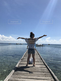 女性,海,空,屋外,ビーチ,水面,人物,背中,人,後姿,フィリピン,セブ島,後ろ
