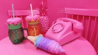 テーブルの上の赤ピンクの写真・画像素材[2131957]