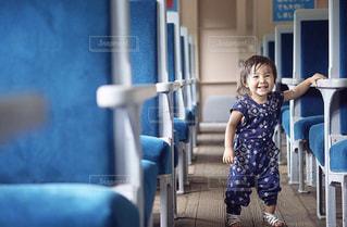 電車に乗ってる小さな女の子の写真・画像素材[2233299]