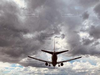 曇り空を飛ぶ大きな飛行機の写真・画像素材[2435059]