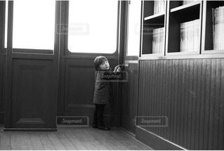 窓の前に立っているの写真・画像素材[2435089]