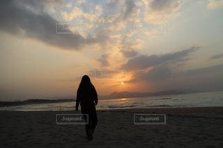 砂浜の上に立つ人の写真・画像素材[2799296]
