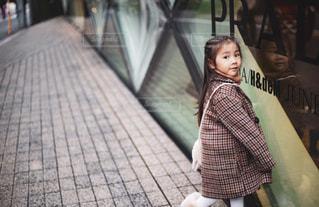 歩道を歩いている小さな女の子の写真・画像素材[2824455]