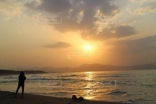 海の隣のビーチを歩いている人の写真・画像素材[3398146]