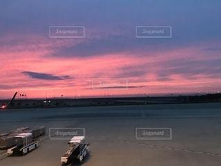 風景,空,夕日,ピンク,赤,綺麗,夕暮れ,飛行機,景色,空港,夕陽,グラデーション,コンテスト,緋色