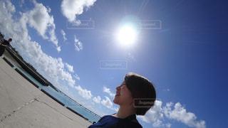 曇り青空の前に立っている男の写真・画像素材[1105475]